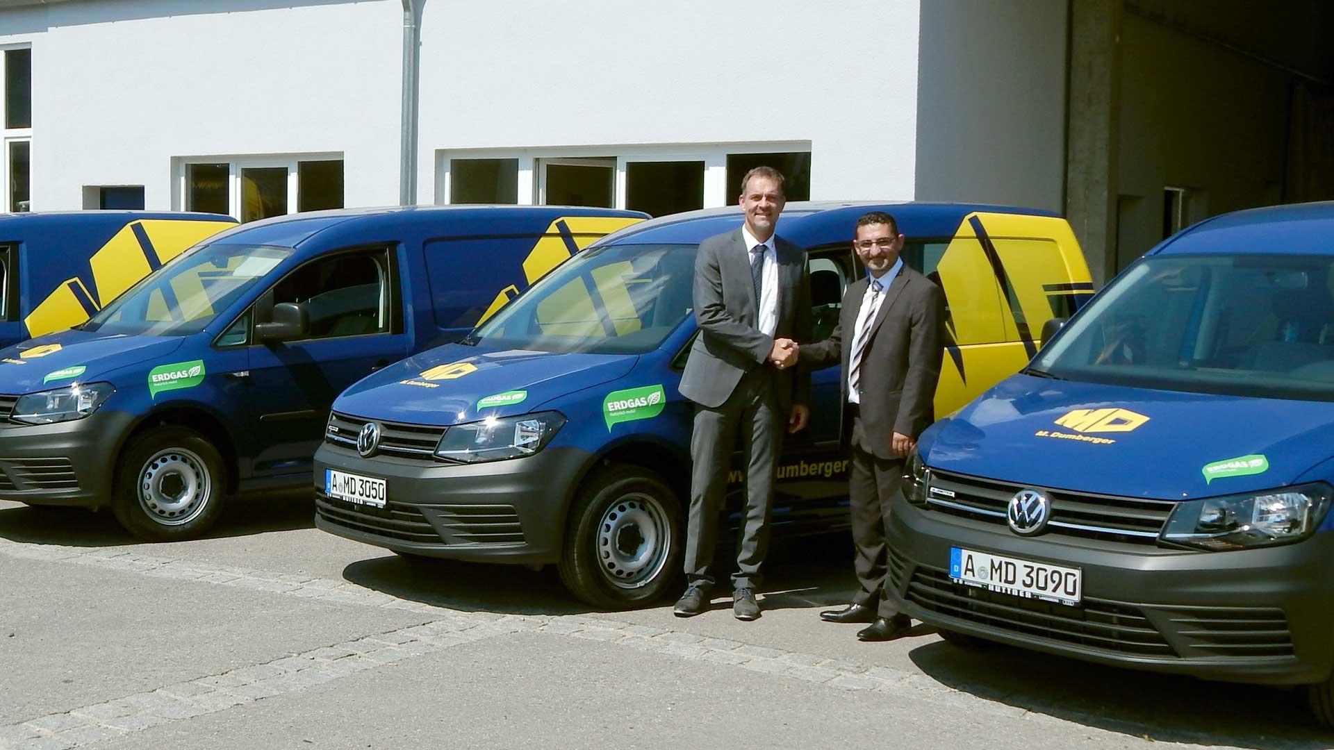 Jens Dammer (Erdgas Schwaben) und Oguz Alver (M. Dumberger) bei der Auslieferung der neuen Erdgasfahrzeuge